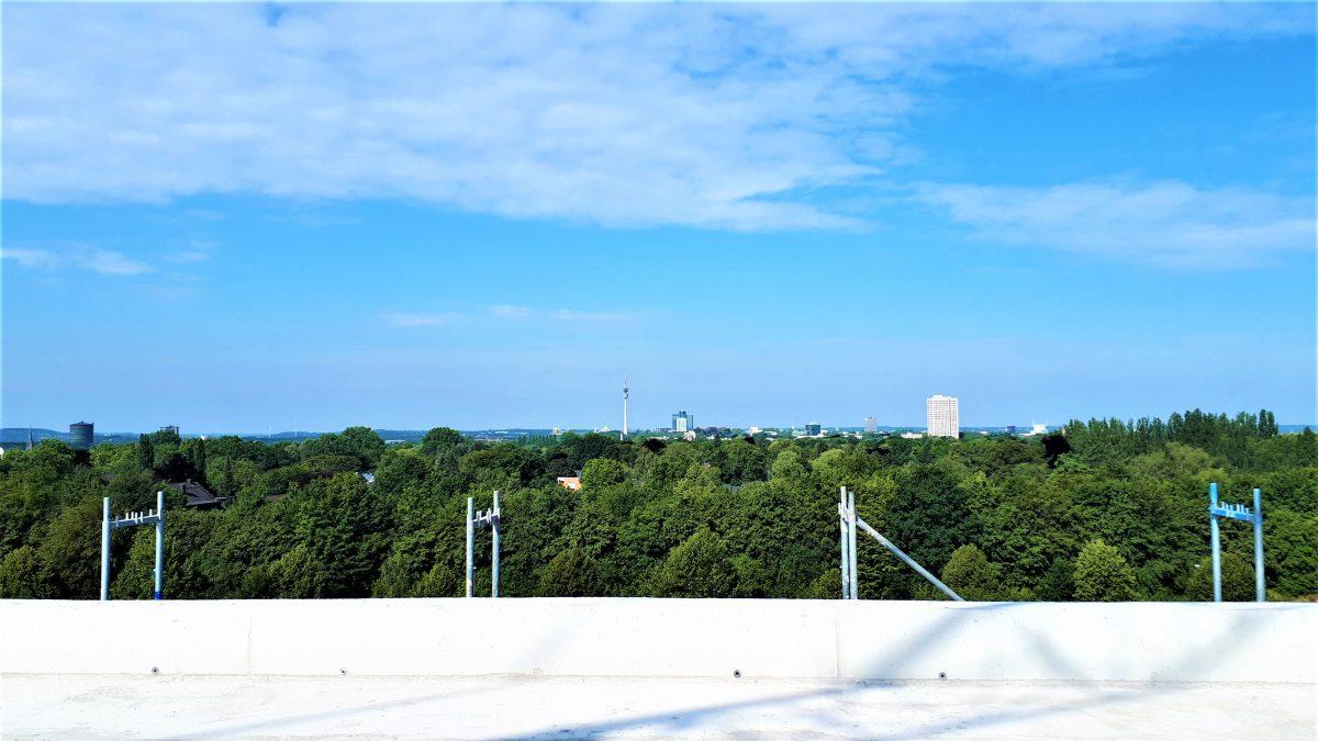 Blauer Himmel über dem Pariser Bogen